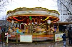 En karusell på den södra banken av flodThemsen i London Arkivfoton