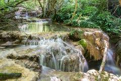 En kaskad av små vattenfall i Forest Krushuna, Bulgarien 2 Arkivfoton