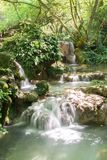 En kaskad av små vattenfall i Forest Krushuna, Bulgarien 3 Royaltyfri Foto