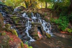 En kaskad i Virginia Water, Surrey royaltyfri foto