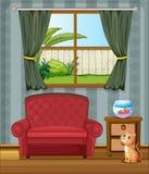 En katt som ser fisken inom huset Arkivbild