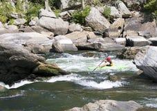 En kayaker skjuter forsarna royaltyfri bild