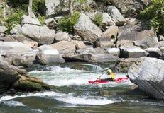 En kayaker skjuter forsarna fotografering för bildbyråer