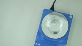 En kemisk apparat med den roterande glass dryckeskärlen stock video