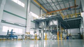 En kemisk fabrik med stora behållare stock video
