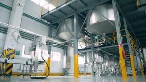 En kemisk fabrik med stora behållare lager videofilmer