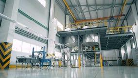En kemisk fabrik med stora behållare arkivfilmer