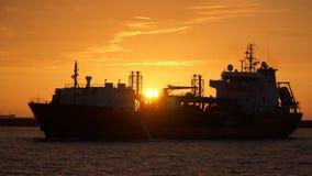 En kemisk tankfartyg skriver in den Kaohsiung hamnen på solnedgången Arkivfoto