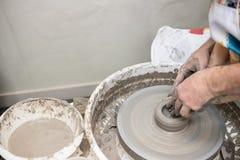 En keramiker på arbete lära krukmakeri Royaltyfria Foton