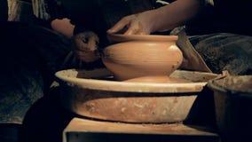 En keramiker skapar upp modeller på en vas, slut lager videofilmer