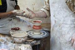 En keramiker undervisar ett barn royaltyfri fotografi