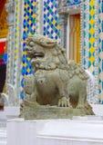 En khmer-utformat stenlejon Templet av Emerald Buddha eller Wat Phra Kaew, storslagen slott, Bangkok Royaltyfria Bilder