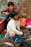 En khmerbarn som säljer fiskmarknadsplatsen cambodia skördar siem Arkivfoto