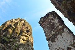 En khmerleende på den Bayon templet, Angkor, Cambodja Royaltyfria Foton
