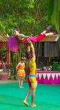 En khmerskådespelare under den sceniska kapaciteten Kina villiage akrobat Royaltyfri Foto