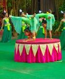 En khmerskådespelare under den sceniska kapaciteten Kina villiage akrobat Royaltyfria Bilder