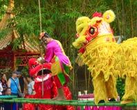 En khmerskådespelare under den sceniska kapaciteten Kina villiage Clown och lejon Arkivbild
