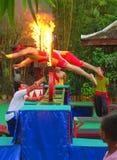 En khmerskådespelare under den sceniska kapaciteten Kina villiage Fluga till och med branden Royaltyfri Fotografi