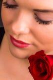Härligt kvinnligt modellerar med den röda ron Fotografering för Bildbyråer