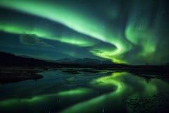 Nordligt tänder ovanför en lagun i Island