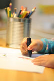 En kind dat trekt schrijft Stock Foto