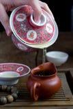 En kines som är gaiwan med tea på en teatabell Royaltyfri Foto