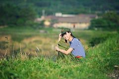 En kinesisk flicka i likformig fotografering för bildbyråer