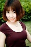 En kinesisk flicka i trädgården Royaltyfri Fotografi