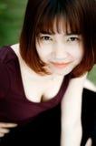 En kinesisk flicka i trädgården Arkivbild