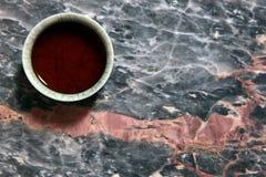En kinesisk kopp f?r svart te marmorerar bakgrund inget arkivfoto