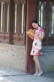 En kinesisk kvinna bär Cheongsam i vattnet parkerar av Shanghai Royaltyfria Foton