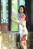 En kinesisk kvinna bär den traditionella klänningen i vattnet parkerar av Shanghai Royaltyfri Foto