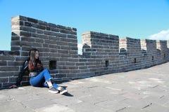 En kinesisk kvinna på Kina Badaling den stora väggen Arkivfoton
