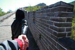 En kinesisk kvinna på Kina Badaling den stora väggen Arkivbilder