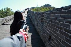 En kinesisk kvinna på Kina Badaling den stora väggen Royaltyfri Bild