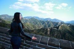 En kinesisk kvinna på Kina Badaling den stora väggen Royaltyfria Bilder