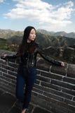 En kinesisk kvinna på Kina Badaling den stora väggen Royaltyfria Foton