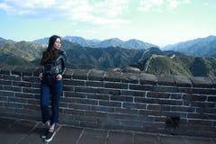 En kinesisk kvinna på Kina Badaling den stora väggen Royaltyfri Fotografi