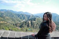 En kinesisk kvinna på Kina Badaling den stora väggen Fotografering för Bildbyråer
