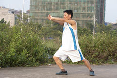 En kinesisk man som gör kung fu Arkivbilder