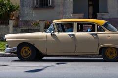 En klassisk bilchaufför på gatan i den havana staden Arkivbilder