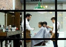 En klassisk frisörsalong för män arkivbild