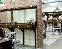 En klassisk frisörsalong för män royaltyfria bilder
