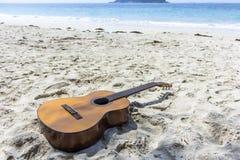En klassisk gitarr i stranden royaltyfri bild