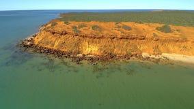 En klippa och havet med himlar lager videofilmer