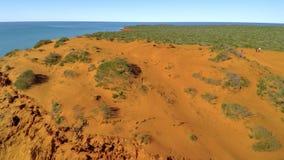 En klippa och havet med himlar stock video