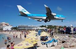 EN KLM Boeing 747 landar över Maho Beach i St Martin royaltyfri foto