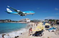 EN KLM Boeing 747 landar över Maho Beach i St Martin arkivbild