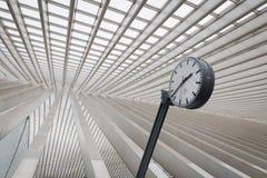 En klocka på drevstationen, i Liege Guillemins, Belgien Arkivfoton