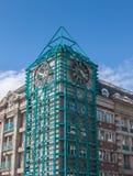 En klocka på ett stadstorn. Royaltyfria Foton